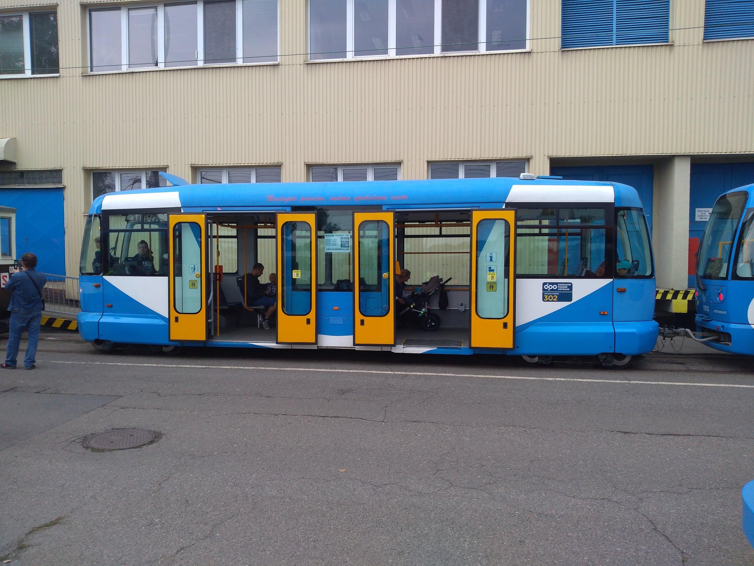 """Toto sympatické """"vajíčko"""" aneb vlek typu VV60LF se v Ostravě vyskytuje pouze ve dvou kusech. Na DOD bylo přítomno jen jedno, druhé bylo na lince č. 4."""