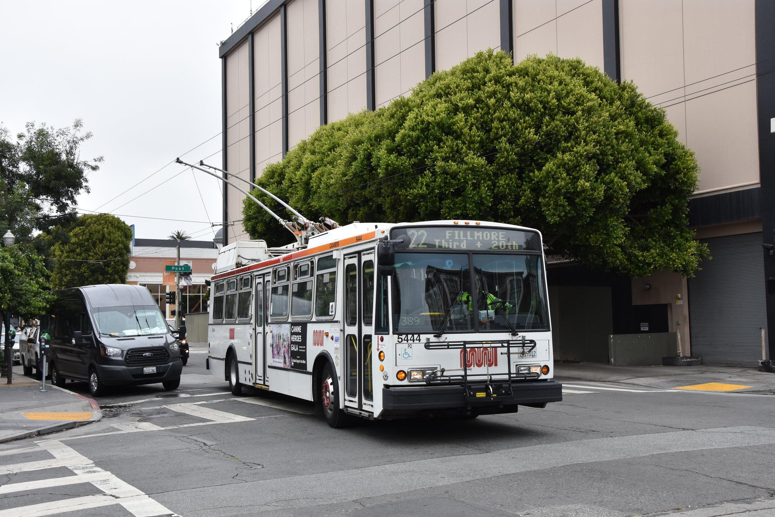 Trolejbus Škoda 14 TrSF v ulicích San Franciska. Do vyřazení z provozu zbývá trolejbusu v době pořízení fotografie 17 dnů. Společně s ním skončí i všech zbylých 45 vozů. (foto: Libor Hinčica)