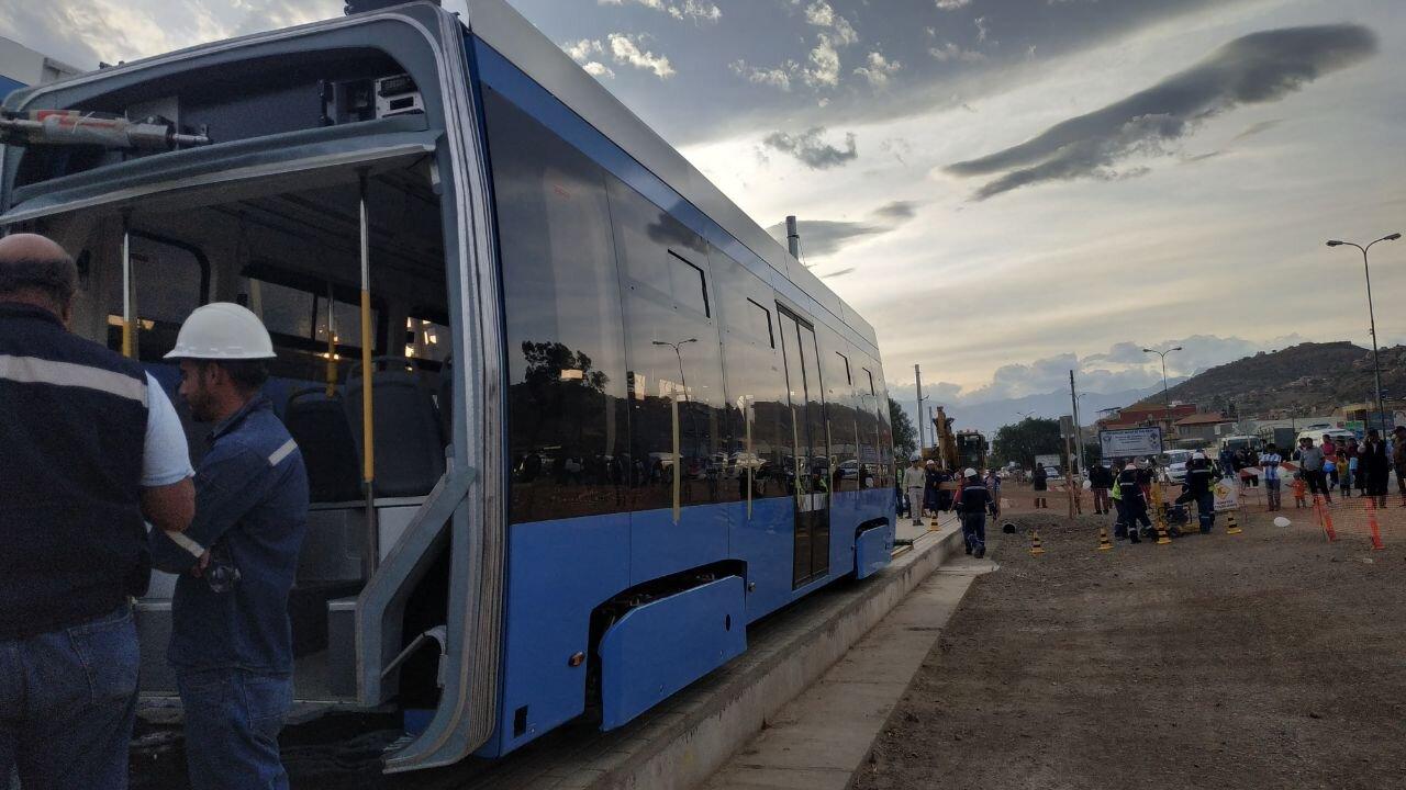 Příjezdu a vykládce tramvaje přihlížely stovky lidí. Tramvaj spočívá na červené lince a bude ještě několik týdnů nepojízdná, nejsou totiž dokončeny ani měnírny, ani trolejové vedení. Další dvě vozidla mají do Bolívie dorazit ve druhém a čtvrtém říjnovém týdnu, příchod poslední, 12. tramvaje se očekává v únoru 2020. (foto: Stadler)
