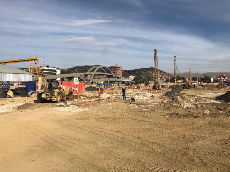 Staveniště v místě budoucí hlavní stanice tramvají na starším snímku, dole pak vidíme snímek ze září 2019. Kdysi tudy jezdily vlaky. (foto: 1x Molinari Rail AG, 1x KORG MIUSIC STUDIOS)
