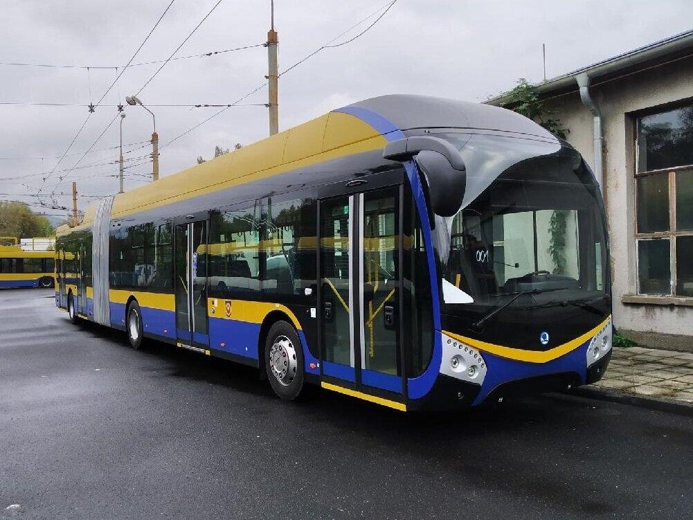 Trolejbus Škoda 33 Tr ve vozovně v Teplicích. (foto: Denis Machka)