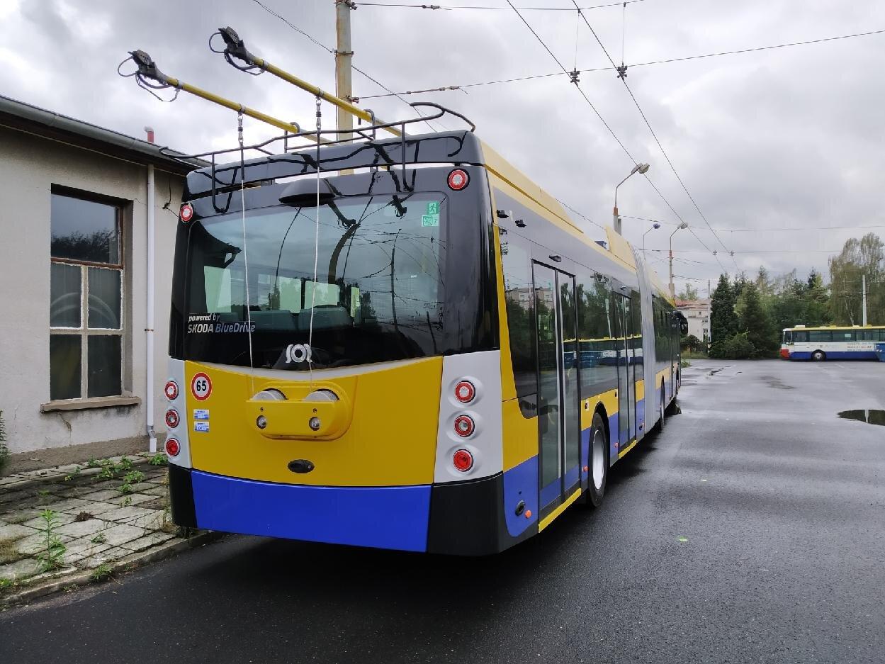 Pohled zezadu na nově dodaný trolejbus. (foto: Denis Machka)