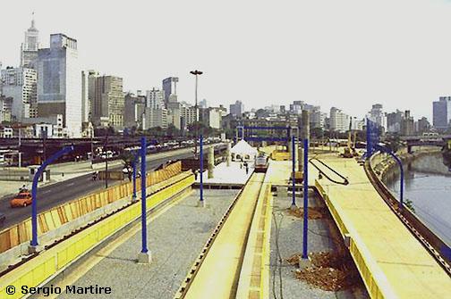 Severní konečná  fura-fily  Terminal Parque Dom Pedro II (vlevo jde vidět centrum města). Na podzim 2000, kdy byl tento snímek pořízen, byla konečná nedokončená a nikdy se ji dostavět nepodařilo. Dnes je na jejím místě konečná autobusového BRT systému Expresso Tiradentes zvaná Terminal Mercado.