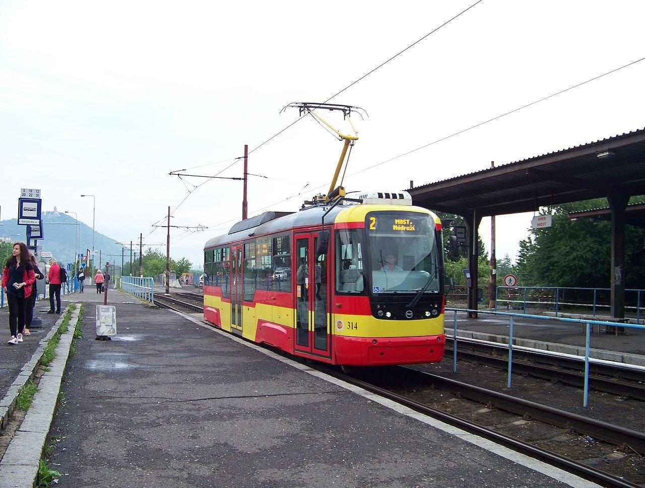 Tramvaj VarioLF+ ev. č. 314 na výstupní zastávce v Mostě u nádraží. (zdroj: Wikipedie.org, foto: ŠJů)