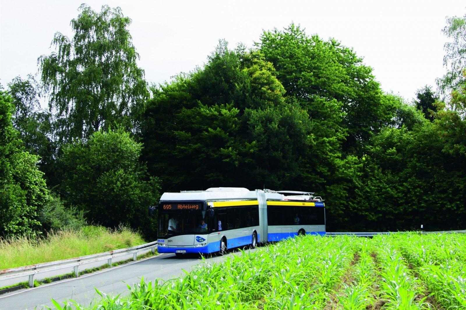 """Na snímku vidíme solingenský parciální trolejbus, který má na čelním transparentu napsáno """"695 Abteiweg"""". Nicméně trolejbusy na této autobusové lince ještě pravidelně nejezdí, teprve nyní jsou totiž se skoro ročním zpožděním dokončovány úpravy na smyčce v Abteiwegu, včetně instalace nabíjecí stanice, po kterých bude možné pravidelný provoz trolejbusů na baterie na dané lince zavést. Očekává se, že by se tak mohlo stát ještě tento měsíc. Zavedení trolejbusů na této lince má být z provozního hlediska prvním významným krokem na plánované cestě k eliminaci městských autobusů. (foto: Stadtwerke Solingen)"""
