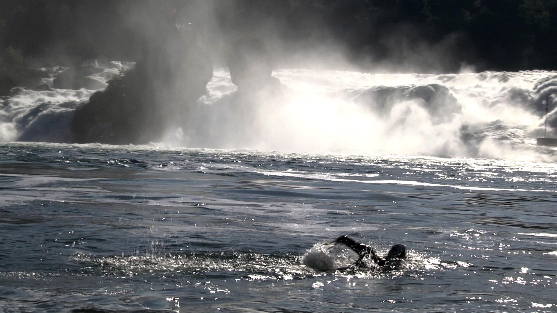 Foto2_Ernst Bromeis schwimmt am Rheinfall.jpg