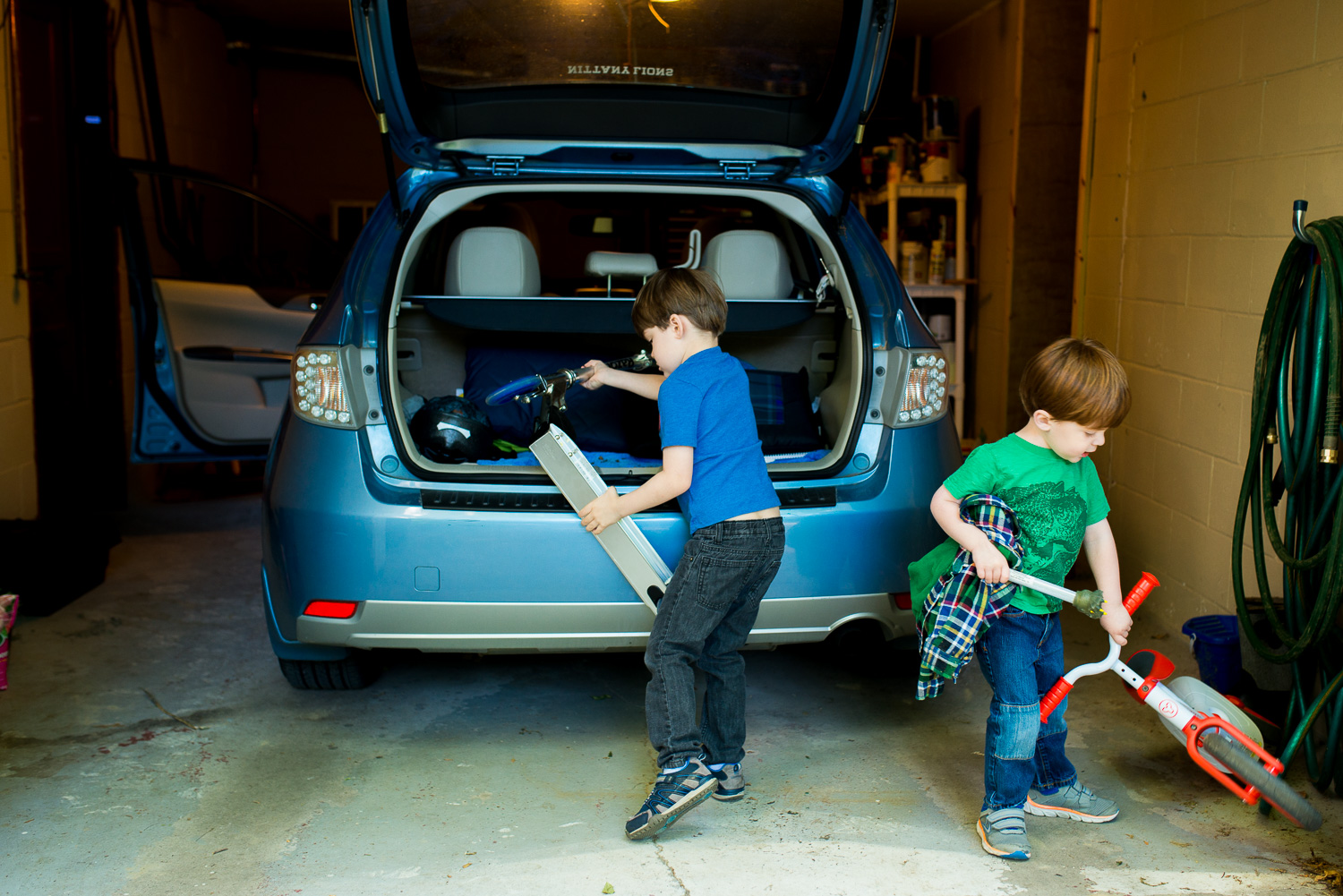 greensburg-family-photographer-packing-bikes-in-car
