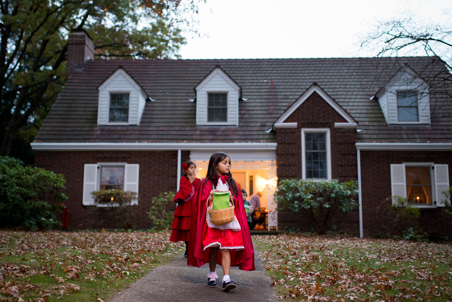 trick-or-treating-picture-by-pittsburgh-family-photographer-little-story-studio