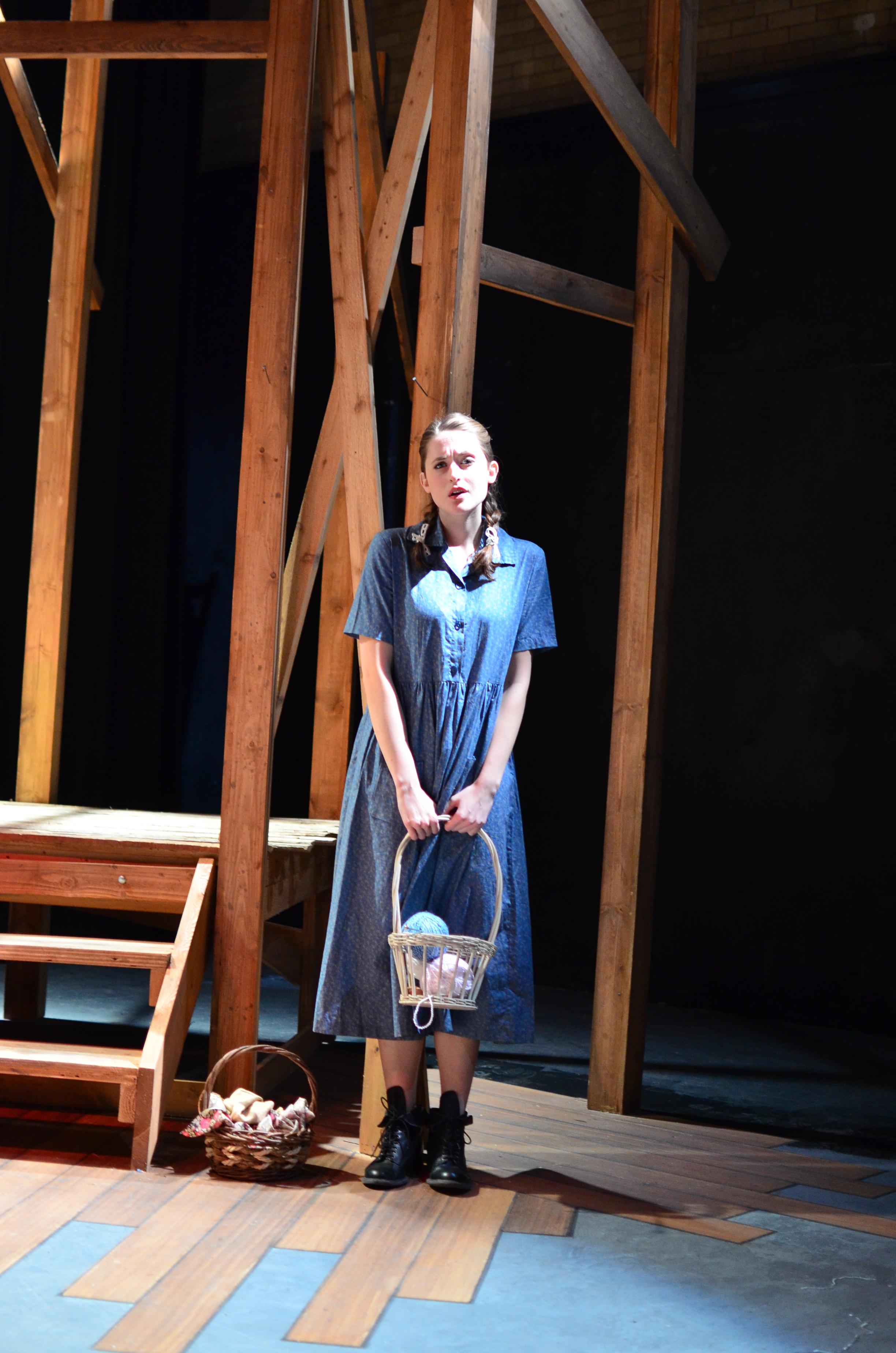 Sary ( Lucie Ledbetter ).