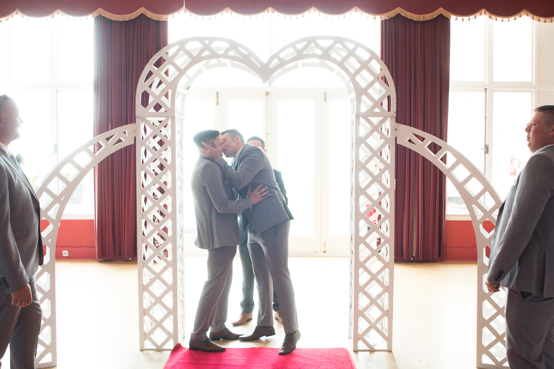 the groomsmen practice the first kiss at the atlantic hotel newquay