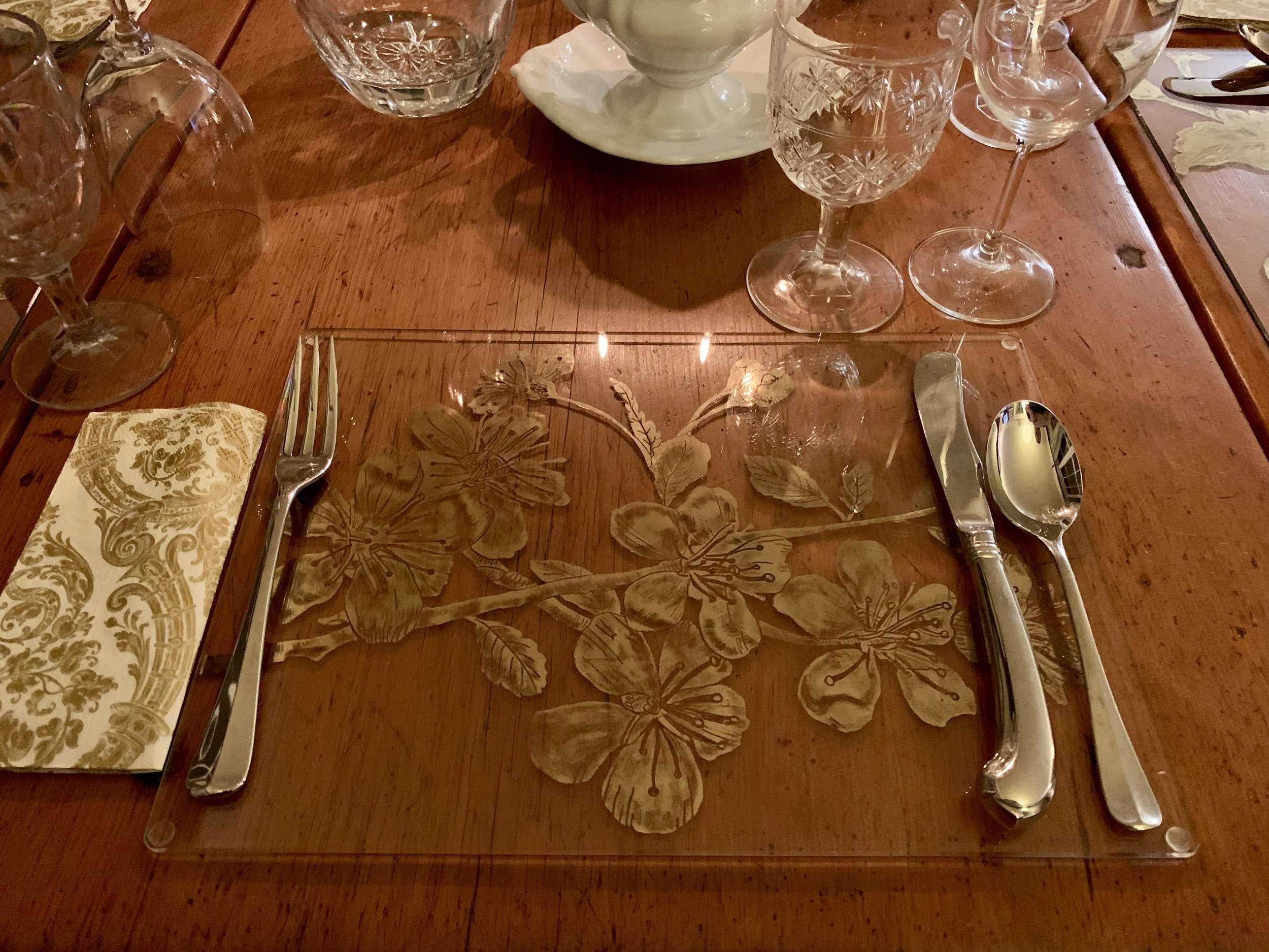 Custom verre eglomisé placemat on 4mm starfire glass using 22ct gold and hand shading.