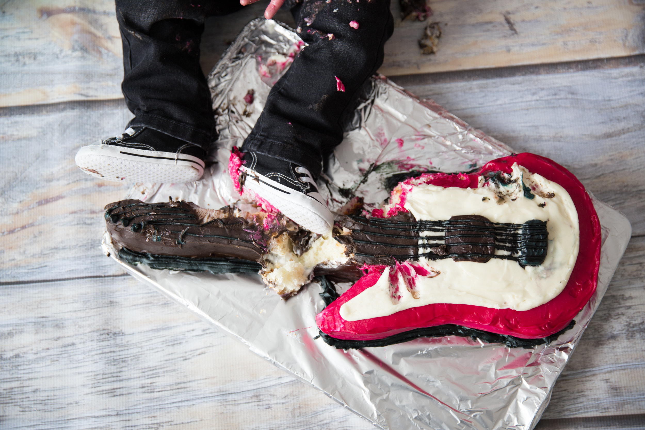Smashed guitar cake and little feet. Calgary cakesmash photographer.