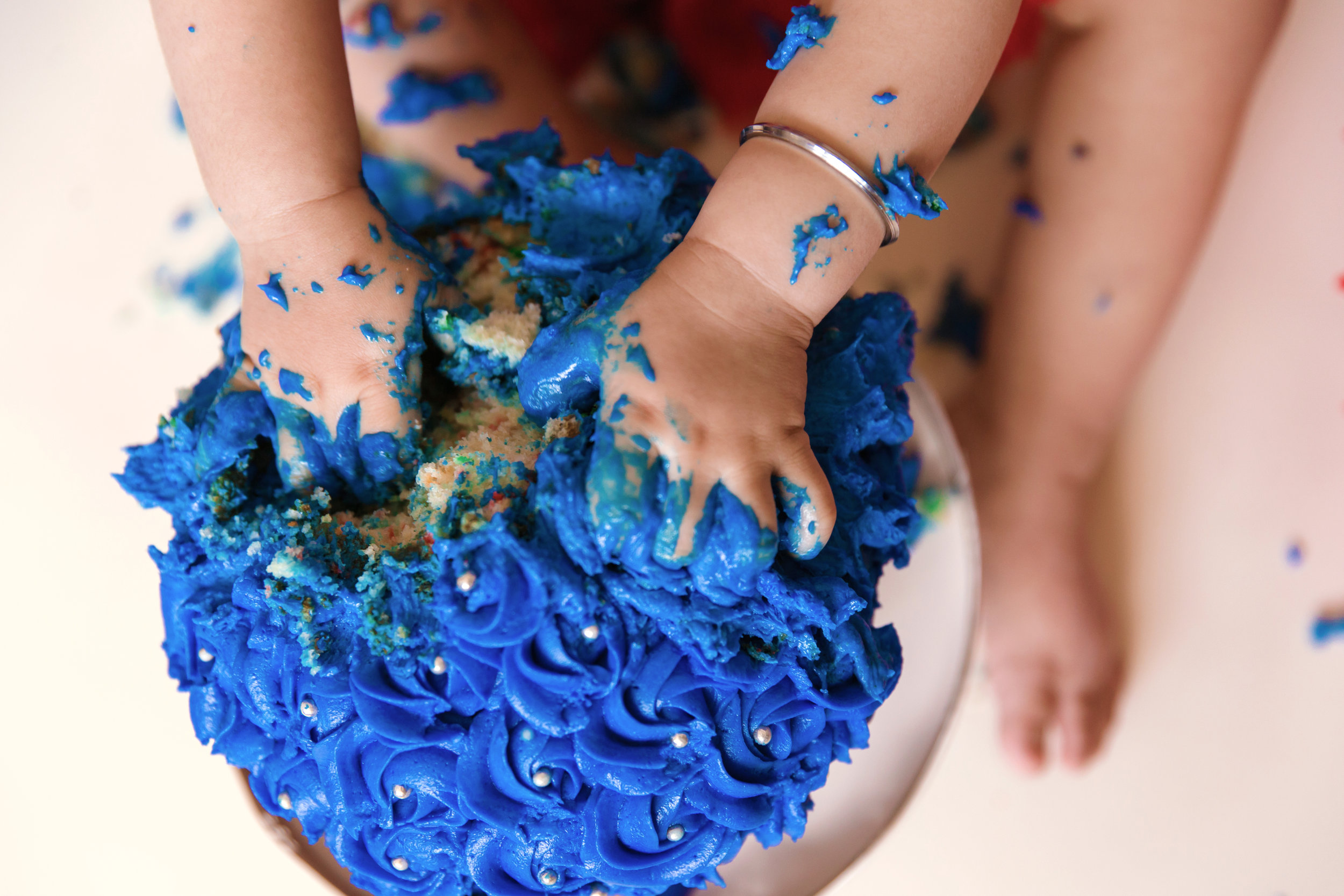 Little hands all in. I am going to smash this cake. Cakesmash photoshoot. Calgary photographer