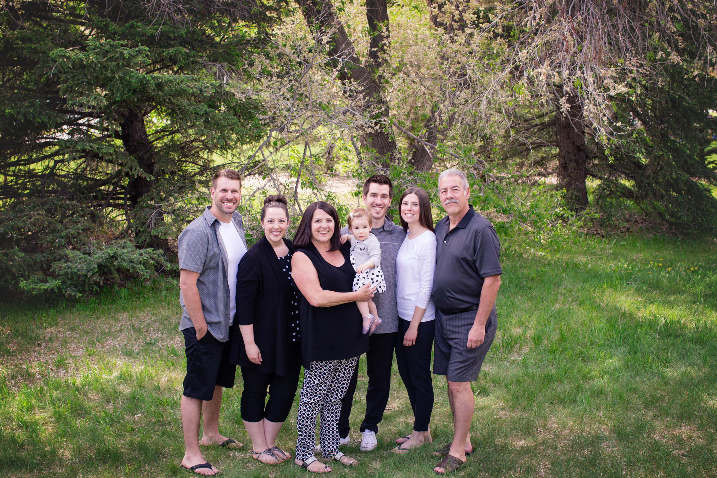 Family of 7 at Baker's Park in Calgary. Alberta family photographer. Milashka Photography