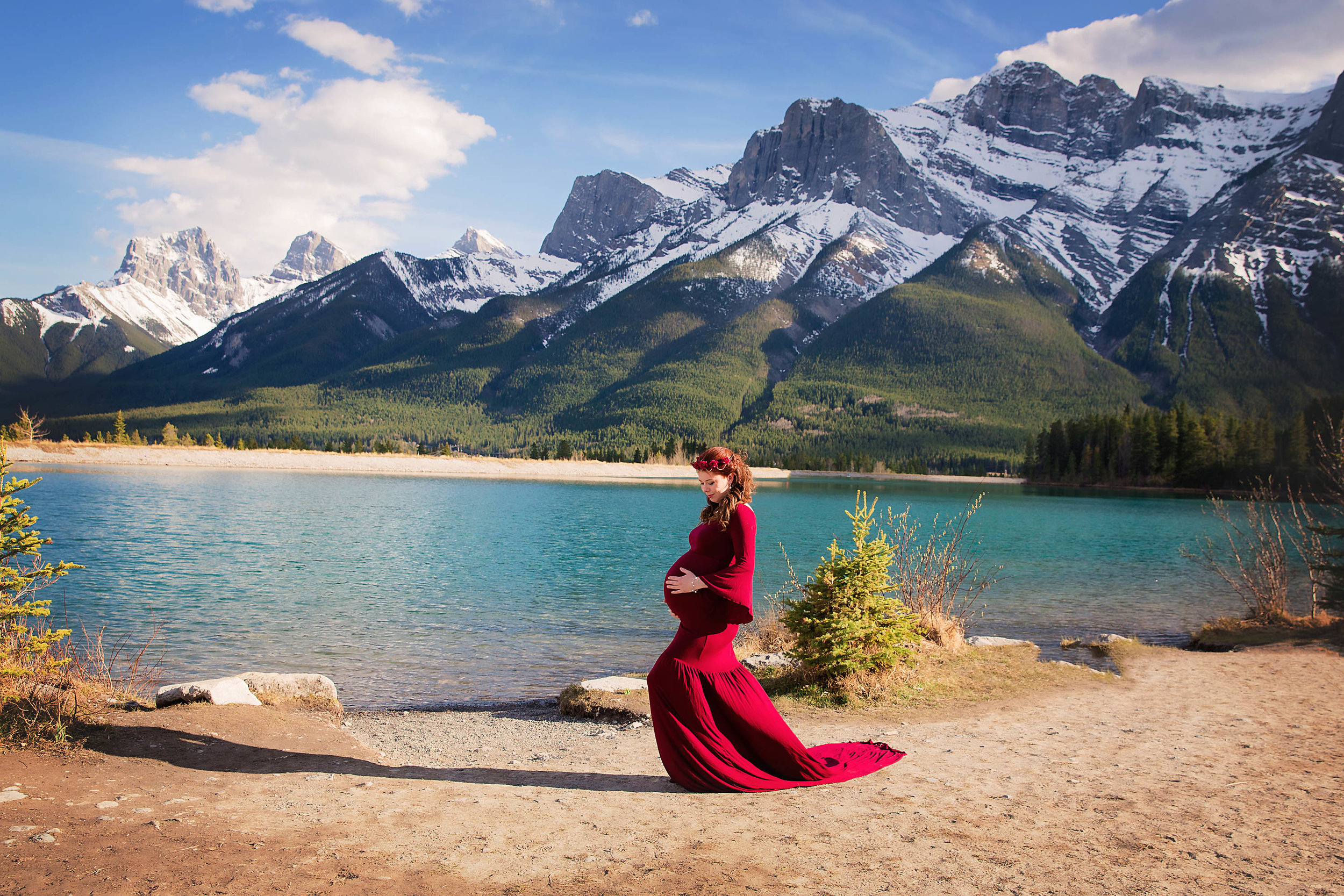 Maternity photoshoot in the mountains in Canmore, Alberta, Canada. Calgary maternity photographer.