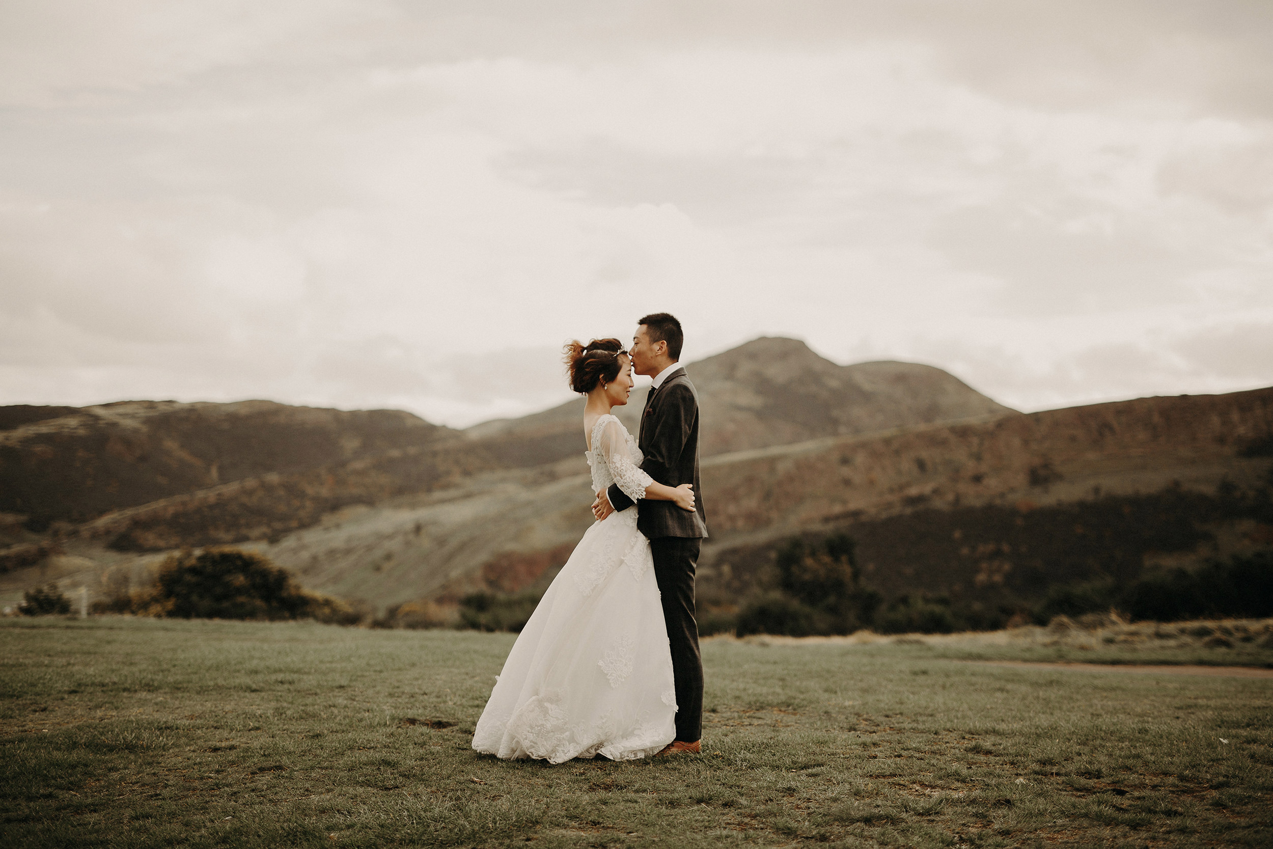 wedding photographer in arthurs seat