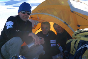 After several hours of skiing, we set up an intermediary camp for our first (sunny) night.