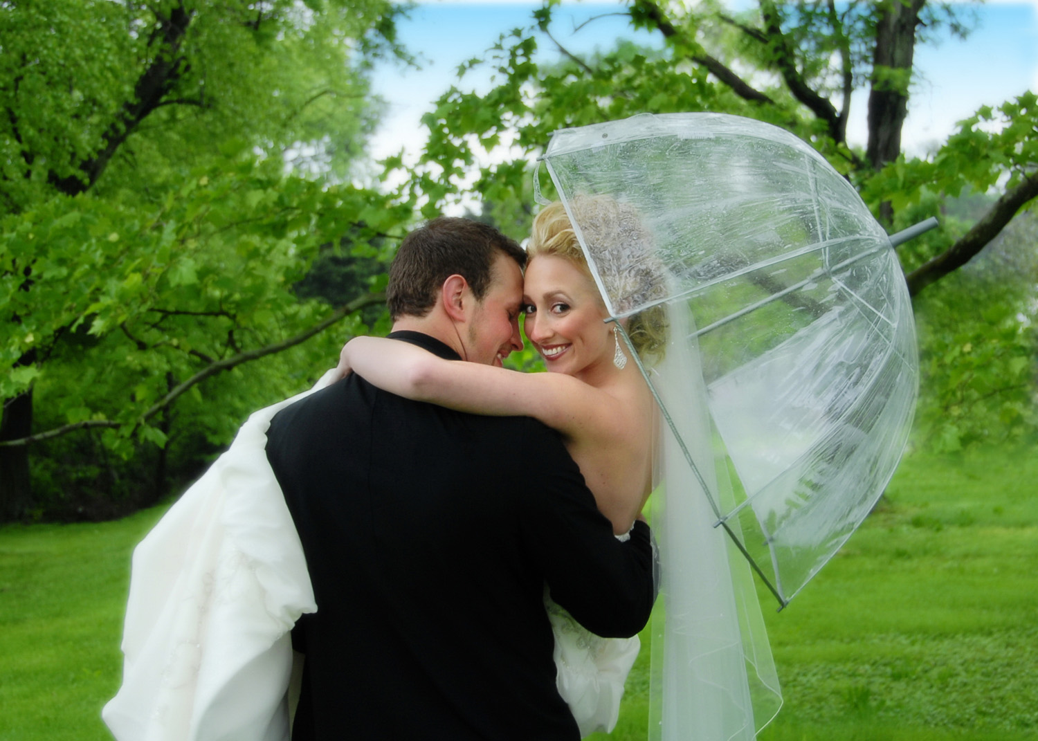 Groom carrying bride during Spring rain / Meyer Photography