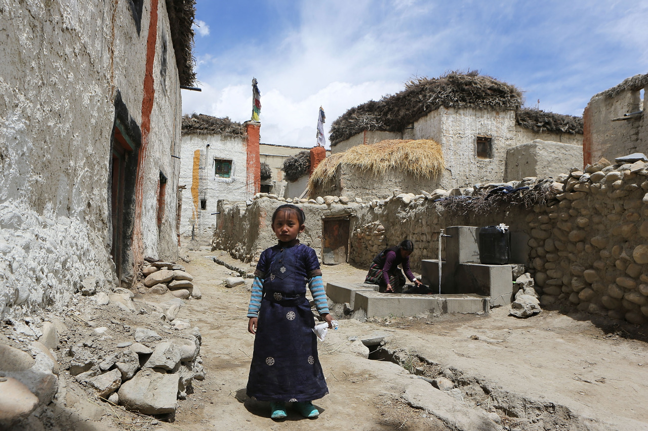 fotojournalismus :     A child stands for a portrait in a city alley in Lo Manthang, Nepal on May 27, 2014. ( Taylor Weidman/Getty Images )
