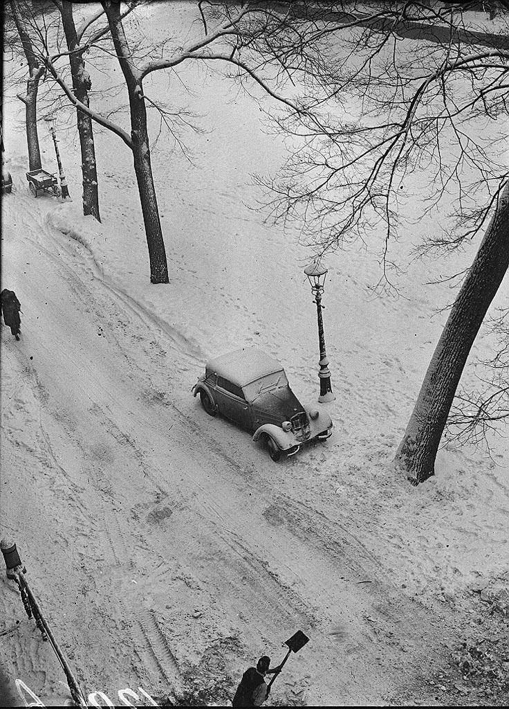 firsttimeuser :      Car in the snow, Keizersgracht, 1947  byBen Meerendonk
