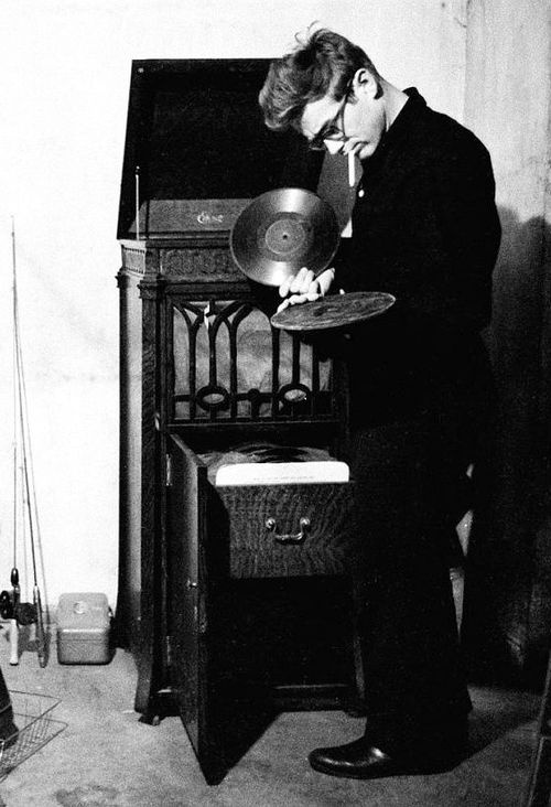 7exposition :     James Dean listening to records.