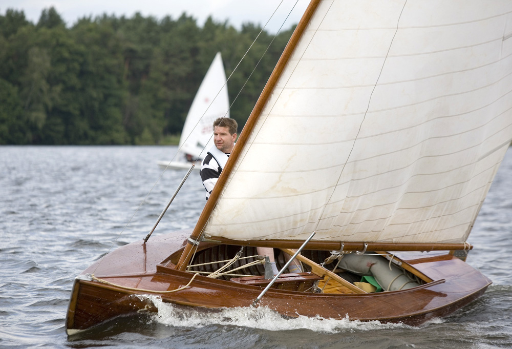 ....Original condition O-jolle sailing in Geldner-Preis Regatta in Germany. Photo: Jan Maas..Alkuperäiskuntoinen Olympia-jolla Geldner-Preis -regatassa Saksassa. Kuva: Jan Maas....