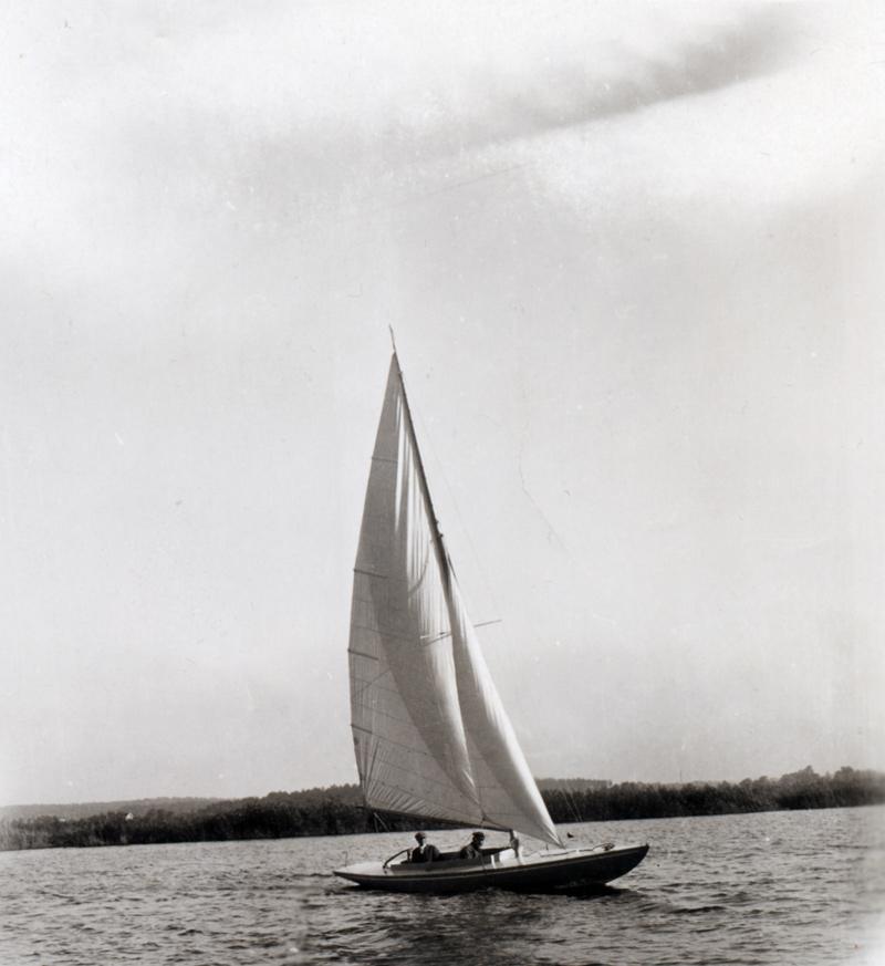 ....Testing a 15-valör boat built at Turun veneveistämö 1927. Photo: ASS.. Turun veneveistämön rakentama 15-valöörinen koepurjehduksella Airistolla vuonna 1927. Kuva: Tom Bäckströmin kokoelmat ....