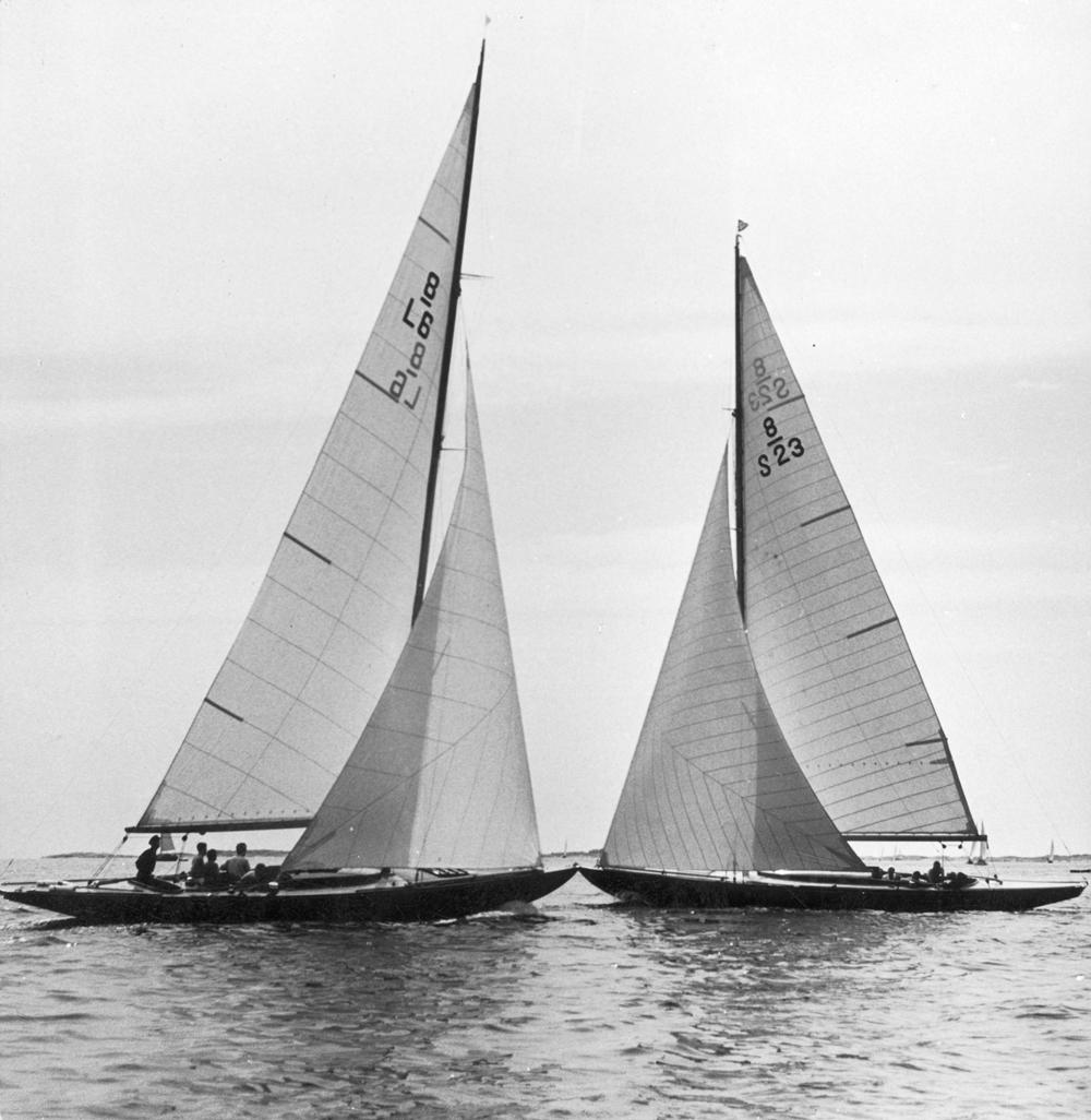 ....Sandhamn regatta 1958. Finnish 8 metre VÅGSPEL (L6)crossing with swedish ANDROMEDA (S23). Photo: Shöhistoriska museet..VÅGSPEL (L6) kohtaa ANDROMEDAN (S23) Sandhamn regatassa 1958. Kuva: Shöhistoriska museet.....