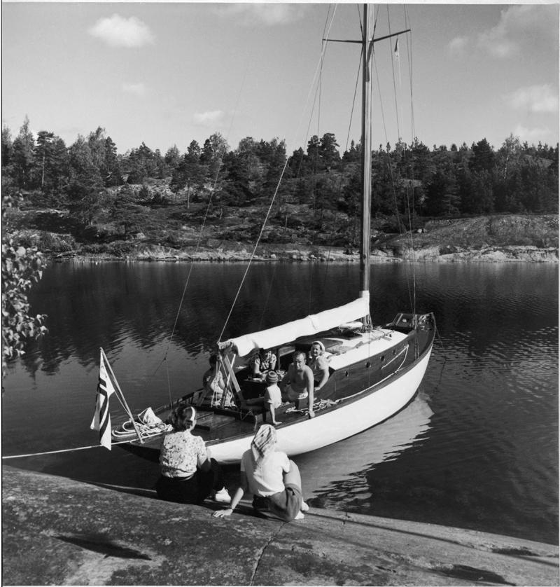 ....Cruising with Tourist Cruiser TUULIKKI. The cabin of Tourist Cruiser was spacious by the standards of 1930's. Photo: V. A. Wahlström..Lomapurjehdusta T-kryssare TUULIKILLA. Turiskryssaren sisätilat olivat aikansa mittapuun mukaan esimerkilliset. Kuva: V. A. Wahlström....