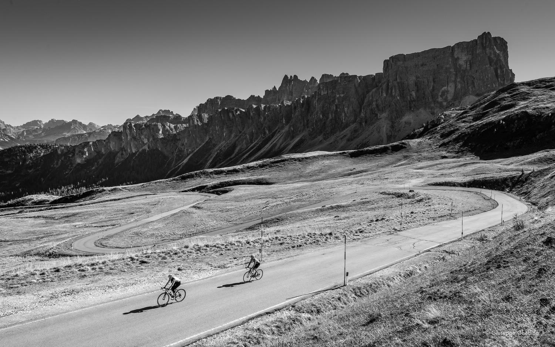 Gli ultimi tornanti prima del Passo Giau_ Sullo sfondo Lastoi de Formin e Croda da Lago