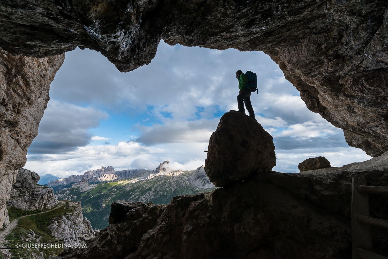 La grande caverna d'ingresso alla galleria _ sullo sfondo Lastoi de Formin, Croda da Lago e Averau _ photo  @giuseppeghedina.com