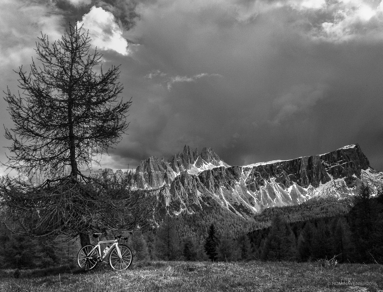 Nuvole cariche di pioggia dietro Croda da Lago e Lastoi de Formin