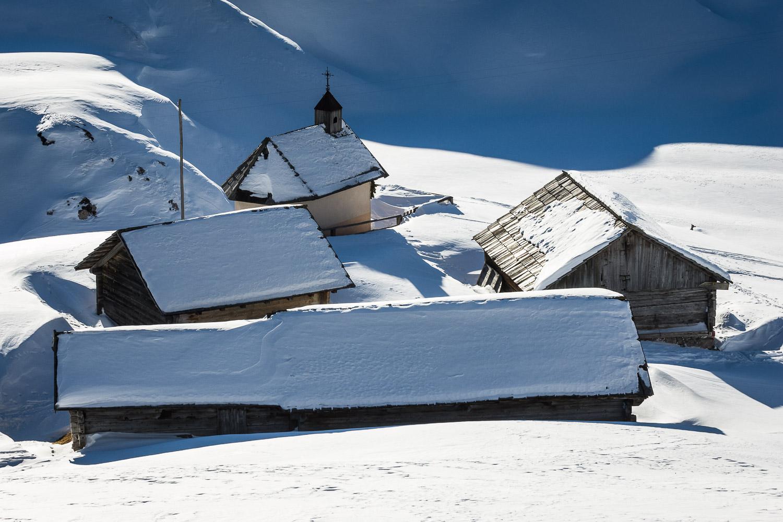 Il villaggio con la chiesetta presso il Rifugio Fodara _ PHOTO  © GIUSEPPE GHEDINA