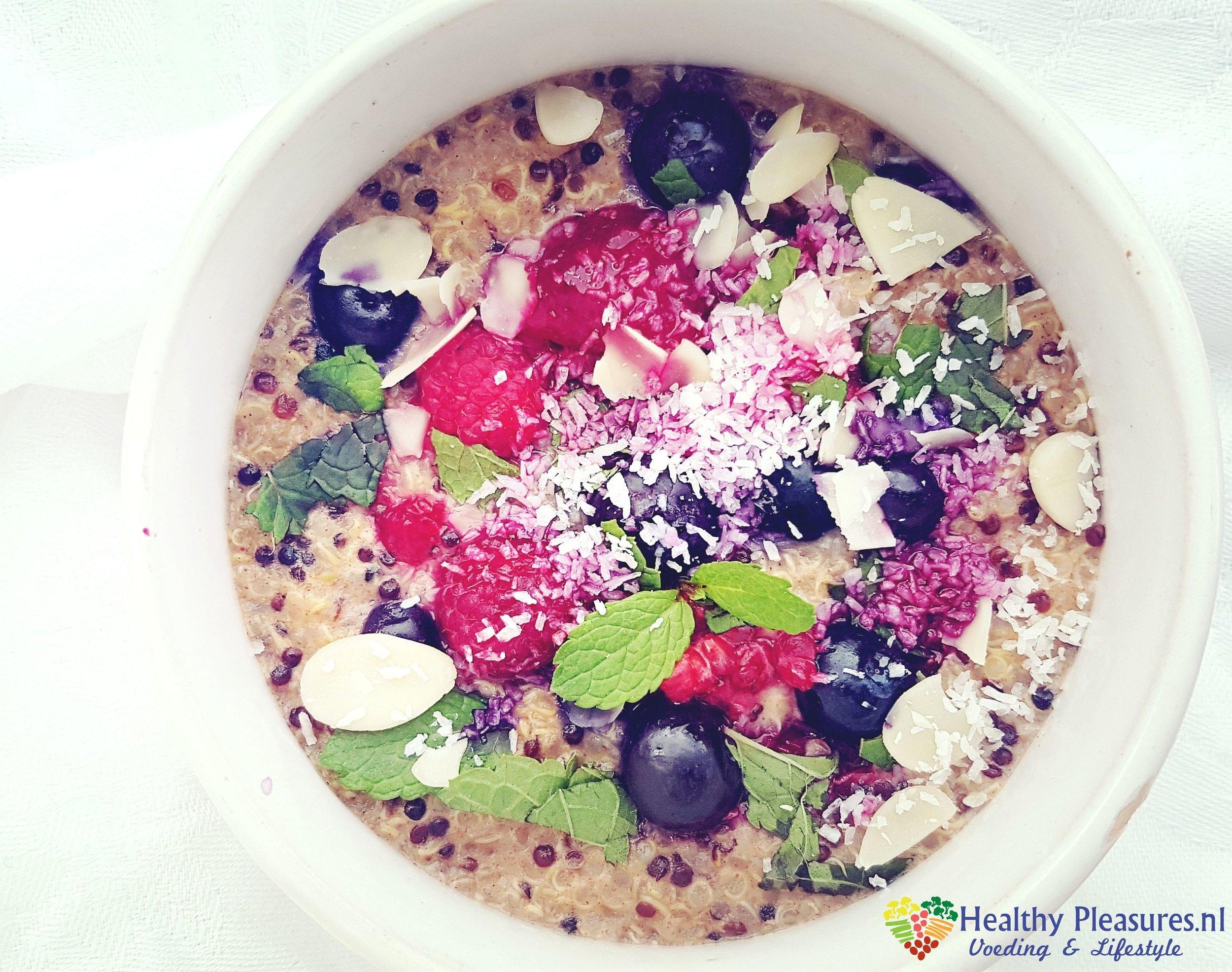 kokos-quinoa pap met blauwe bessen, frambozen, munt en amandelschaafsel