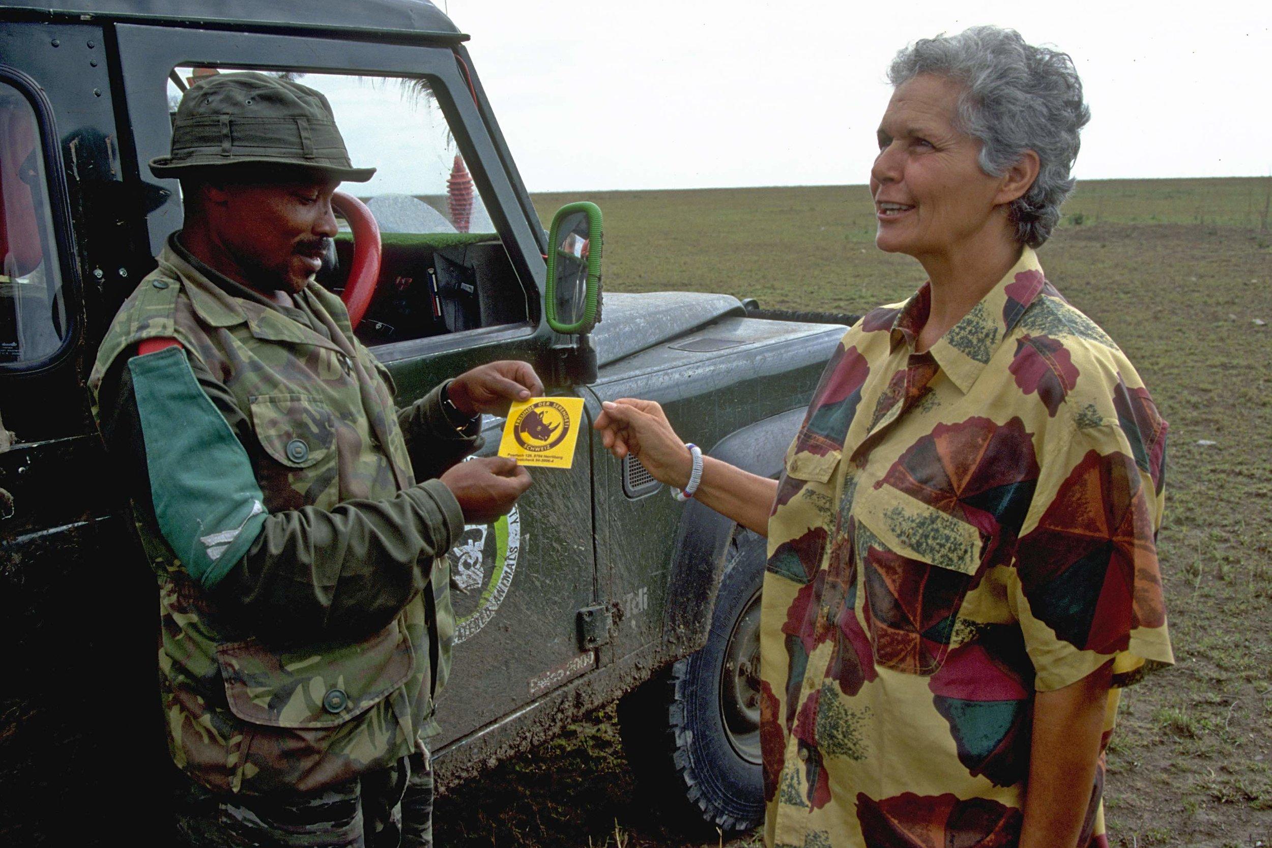 Liliane Rechsteiner und Serengeti-Ranger |  © Foto by Ruedi Suter