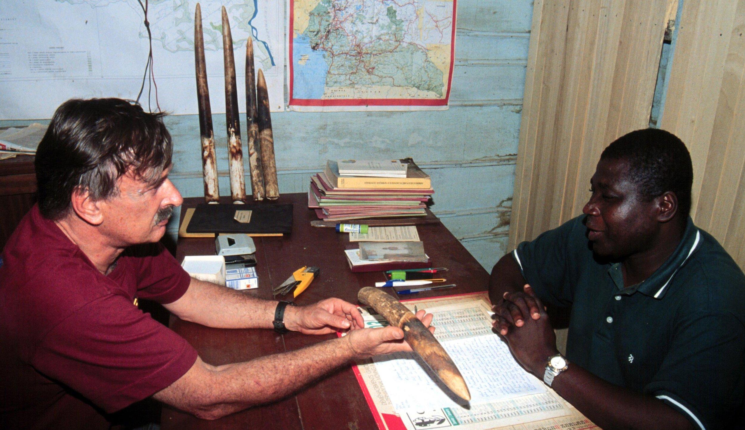 Nachforschungen: Karl Ammann mit Polizeioffizier, Ostkamerun |  © Foto by Ruedi Suter