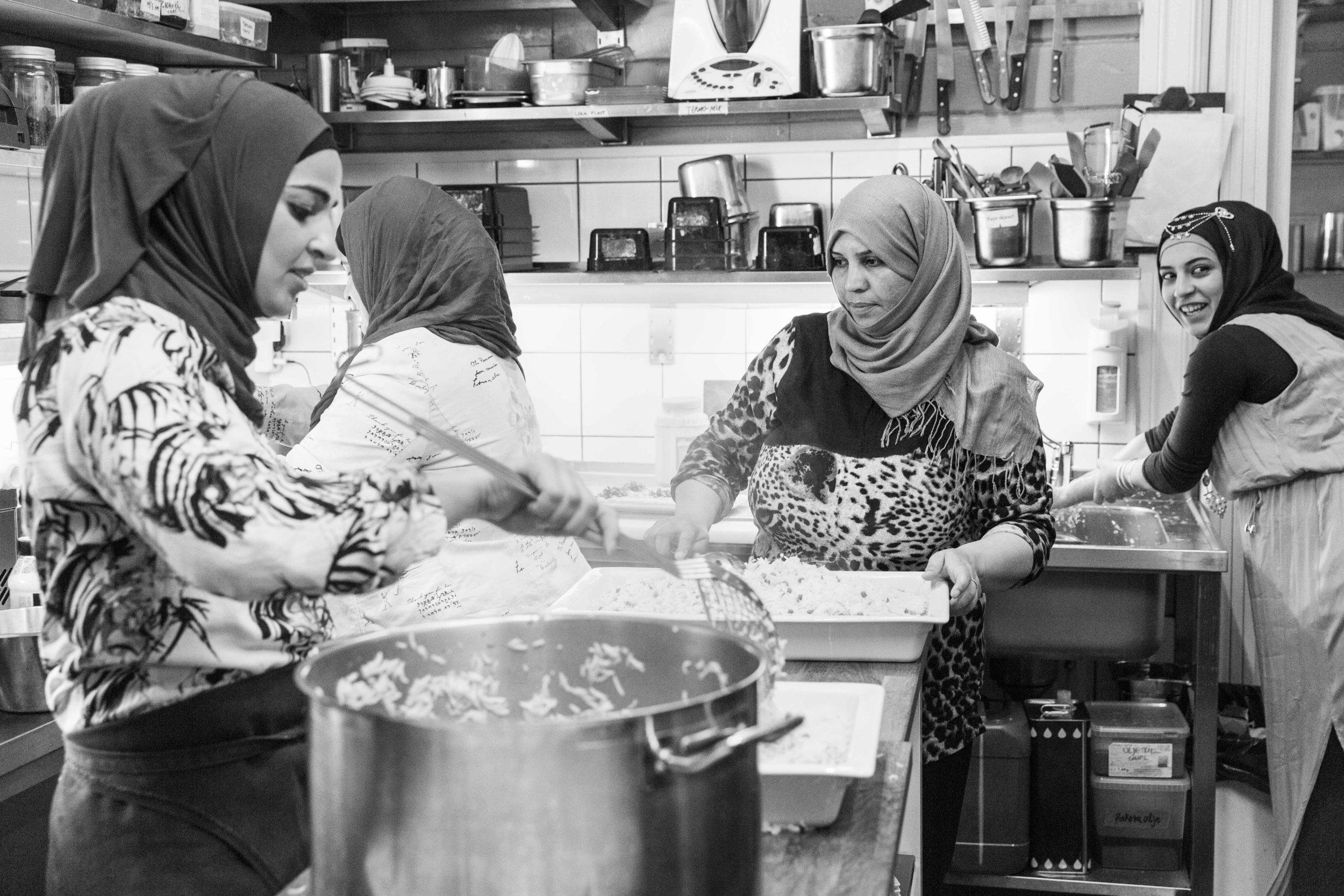 Et festlig samarbeid mellom syriske nesoddbydinger, Lokalkraft og Hellviktangen - med mat og dans!
