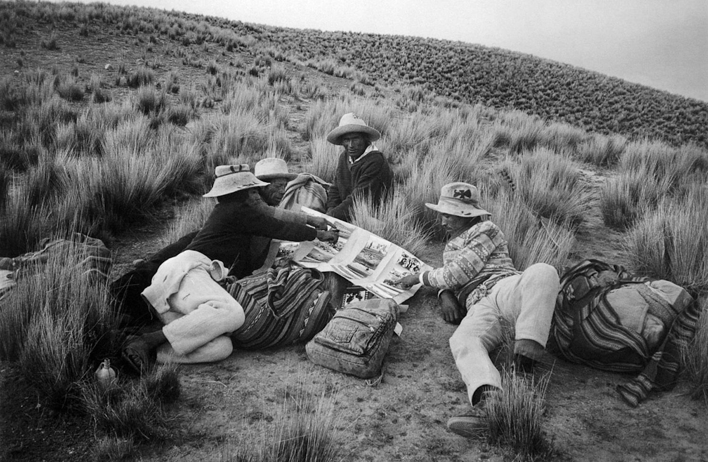 Nicasio Chara / Descanso para mirar unas fotos, comunidad Ccollcca / Canas, Cusco, 1993. © TAFOS