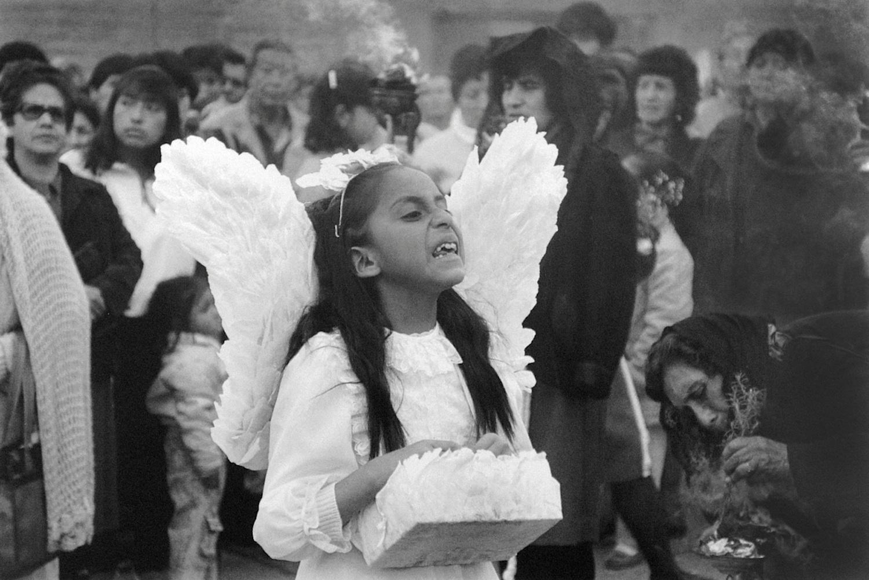 Daniel Pajuelo / El angel exterminador en una procesión / Huancayo, Junin. 1991. © TAFOS