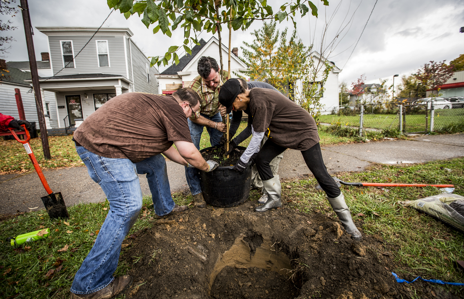 In coordination with generous sponsorships from UPS, The Nature Conservancy, Brown-Forman, and Brightside planted trees for a community-wide planting day in West Louisville, Kentucky. Photo credit: © The Nature Conservancy (Devan King)
