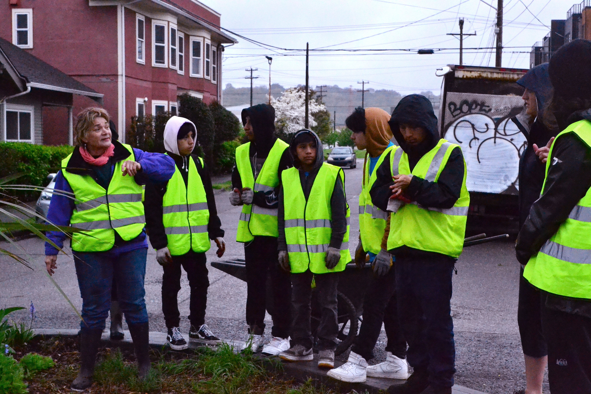Nancy Zugschwerdt, a community steward, teaching the DVYC and volunteers about stewarding traffic circles. Photo © Paula Kett