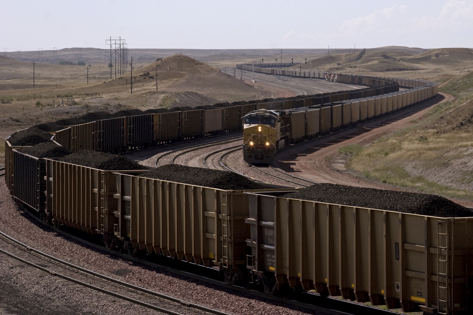 Giant coal trains near North Antelope Rochelle Mine, Wy.. Photo by Kimon Berlin (CC BY-SA 2.0).