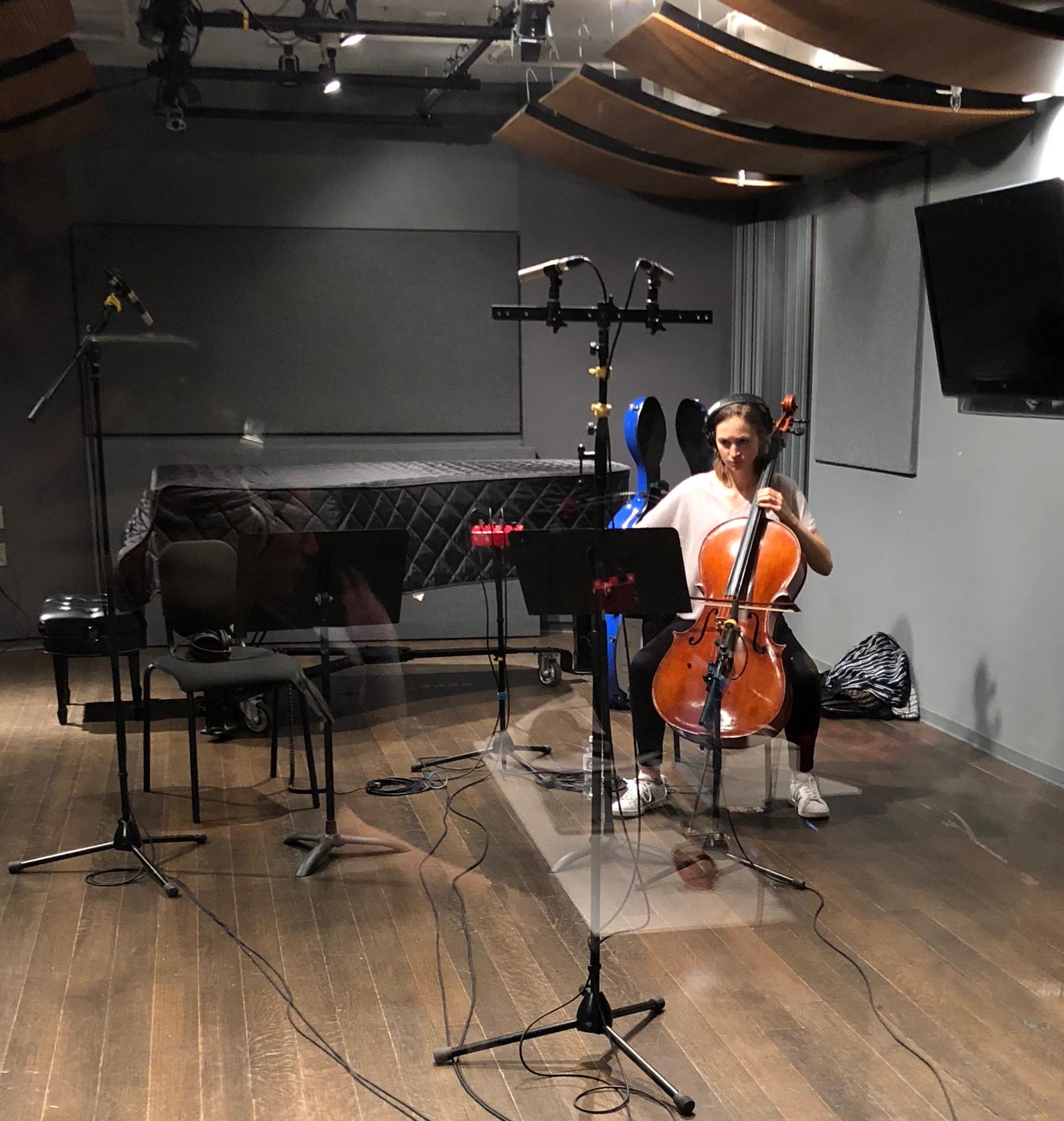 Mariel Roberts (cello)