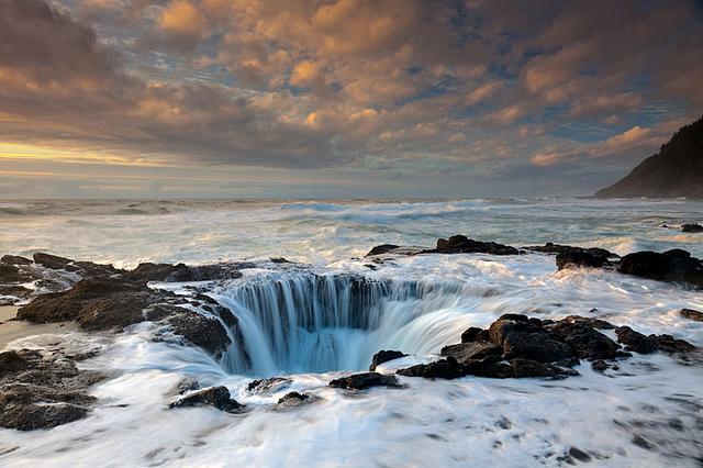 Thor's Well Cape Perpetua, Oregon.jpg