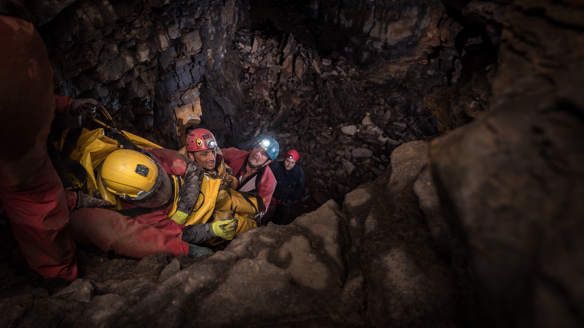 The cave rescuers of ECRA handling the strechers.