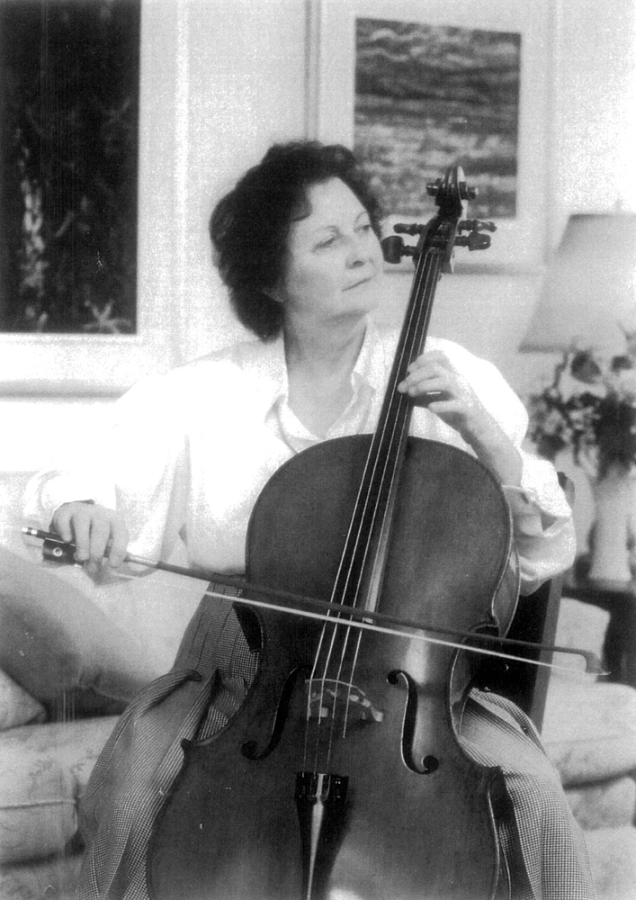 Lyse Vézina playing her cello