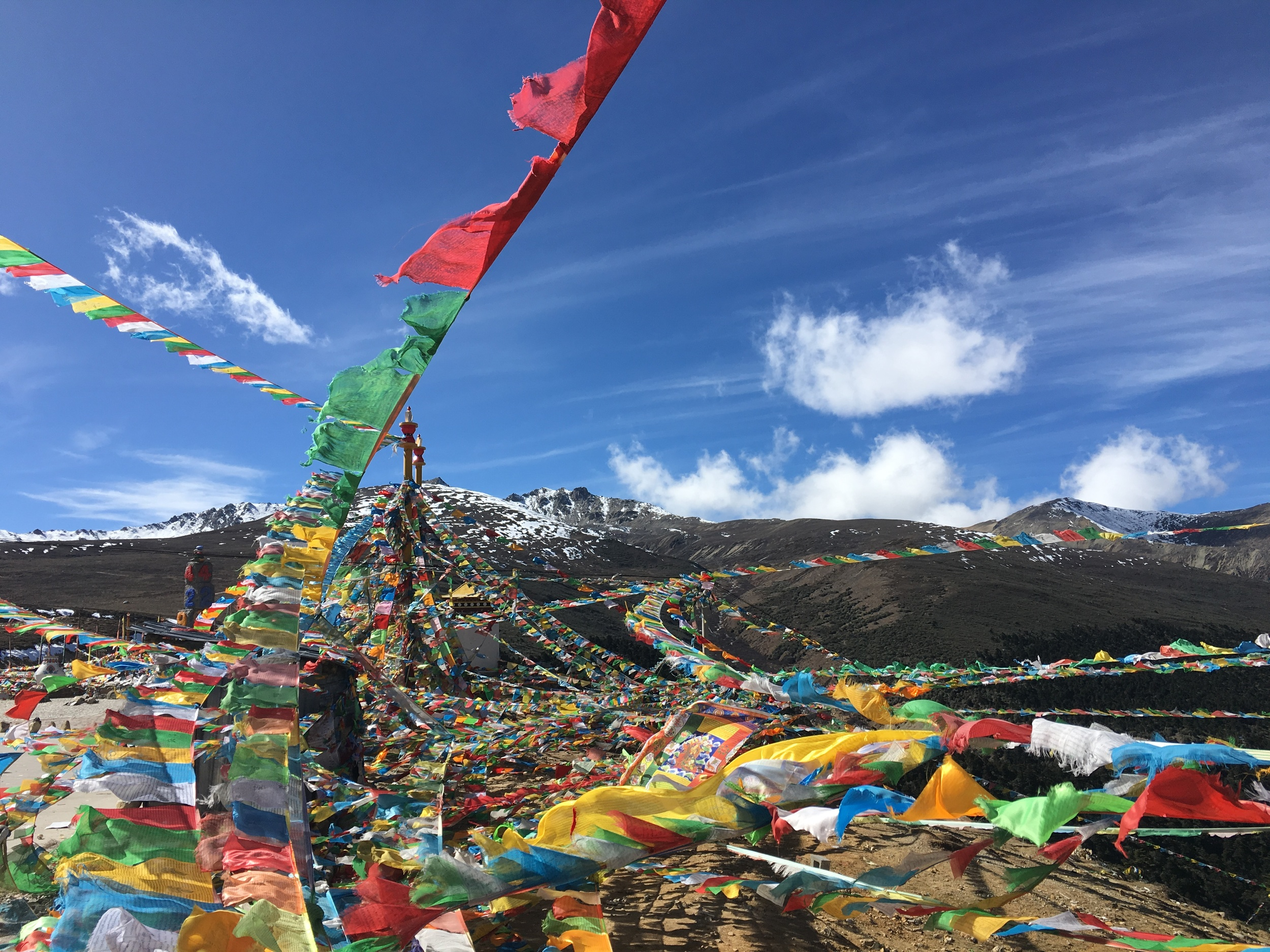 Prayer flags on the way to Deqen