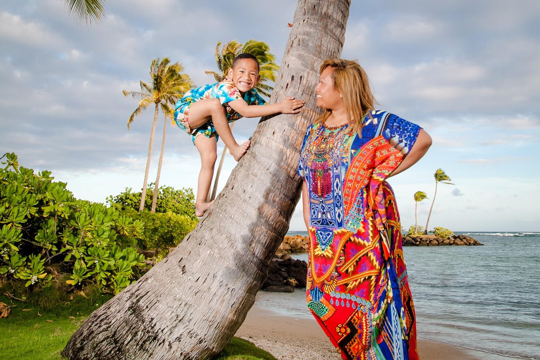 kid climbing palm tree family photographer oahu
