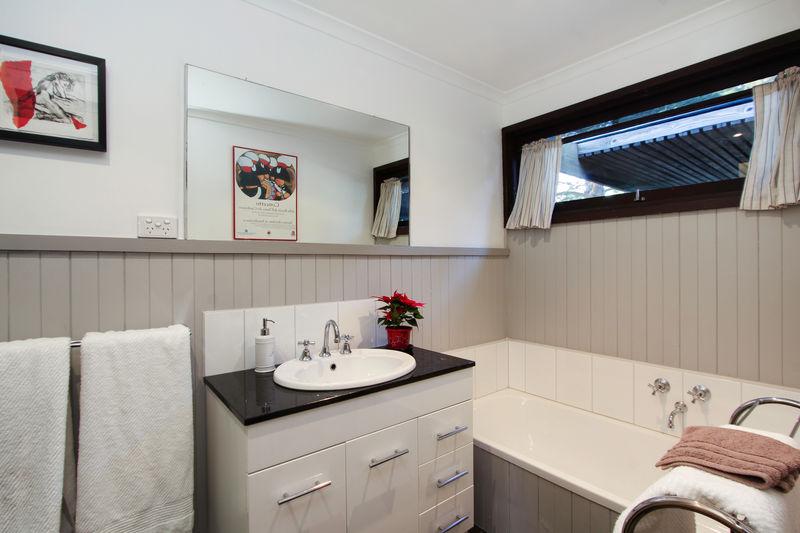 Main bathroom with shower, bath, vanity