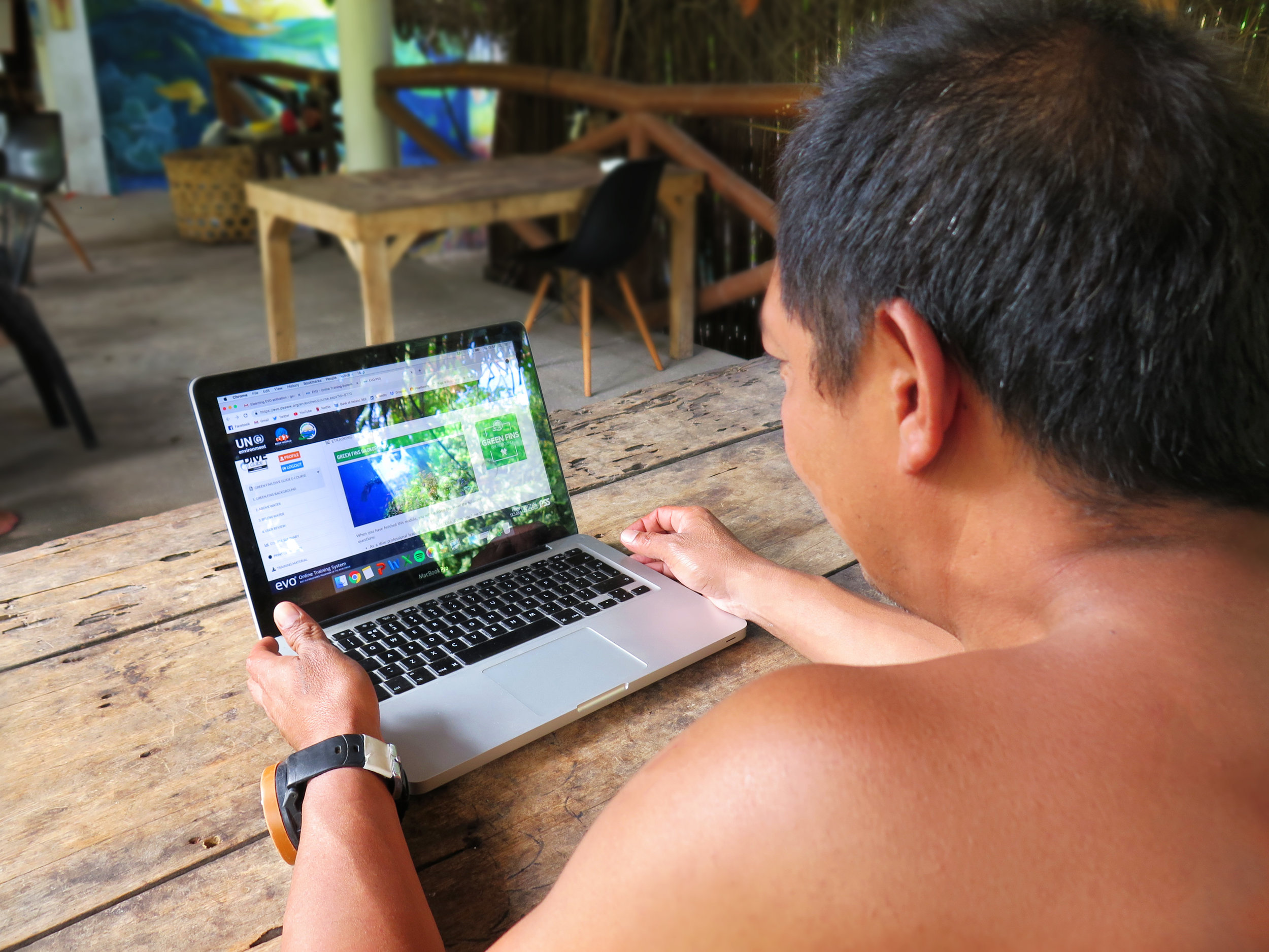 The Green Fins Dive Guide e-Course platform is provided by PSS    (Professional Scuba Schools)    and supported by the UN Environment